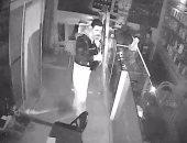 كاميرا مراقبة تكشف لصا سرق 150 هاتف محمول من محل موبايلات بشبرا الخيمة