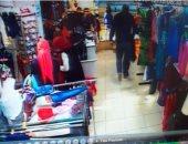 كاميرا مراقبة تكشف سرقة ملابس من داخل أحد المحال بروكسى