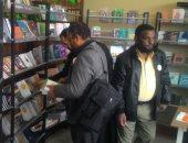 بالصور.. المثقفون يقبلون على معرض كتاب مؤتمر أدباء مصر فى المنيا