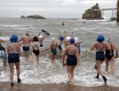 بالصور.. فرنسيون يشاركون فى مهرجان بياريتز للسباحة فى عيد الميلاد