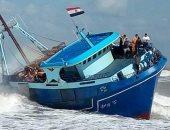 بالصور.. قوات حرس الحدود تنجح فى إنقاذ مركب صيد من الغرق قرب بوغاز رشيد
