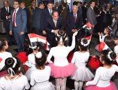 بالصور.. الأطفال يستقبلون السيسى بعلم مصر فور وصوله المجمع الثقافى ببورسعيد
