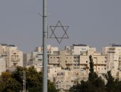 فلسطينيون يؤدون صلاة الجمعة فى بلدة السواحرة احتجاجا على البؤر الاستيطانية