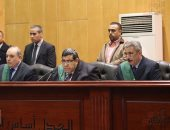 """وقائع جلسة محاكمة 215 متهما بـ""""كتائب حلوان"""".. لافتات داخل القفص"""