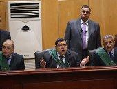 بالصور.. بدء محاكمة 215 بقضية كتائب حلوان والمتهمون يرفعون اللافتات داخل القفص