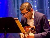بالصور.. عازف الجيتار وحيد ممدوح يقدم أجمل المؤلفات الموسيقية بالمسرح الصغير