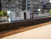 """""""كشك"""" على رصيف محطة قطار العصافرة فى الإسكندرية يعرض حياة الركاب للخطر"""