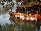 """بالصور.. مش بس للشرب.. تبرك الهندوس فى نهر """"باجماتى"""" لتحقيق السعادة الزوجية"""