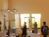 بالصور.. الطلاب الفرنسيون يحرصون على دراسة الآثار الفرعونية فى متحف اللوفر