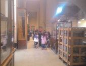 بالصور.. الأطفال يستغلون إجازة نصف العام ويزورن المتحف المصرى
