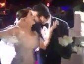 بالفيديو.. قبلة عمرو يوسف لكندة علوش أثناء حفل زفافهما