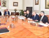 السيسي يجتمع برئيس الوزراء ومحافظ البنك المركزى وعدد من المسئولين