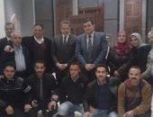 """خالد العنانى يلتقط صورة تذكارية مع العاملين بـ""""الفن الإسلامى"""""""