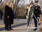 """بالصور..ترامب يضع إكليلا من الزهور بمقبرة """" أرلينجتون""""الوطنية ضمن مراسم تنصيبه"""