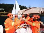 """بالصور.. مقاطعة بالصين تنظم إفطارا مجانيا لعمال النظافة والأمن على """"يخوت"""""""
