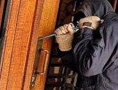 """""""المعمل الجنائى"""" يعاين شقة موظف ويفحص الكاميرات لكشف هوية سارقيها بالهرم"""