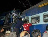 عمال الإنقاذ ينتشلون ضحايا قطار  خرج عن مساره بالهند