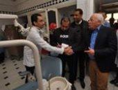 محافظ بورسعيد يفاجئ العاملين بالعيادة الخارجية بالمستشفى العام