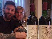 """بالصور.. ميسي يهدى والدته """"زجاجتين"""" من الخمر فى عيد ميلادها الـ57"""