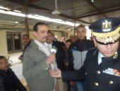 شرطة ميناء القاهرة الجوى توزع الورود على المسافرين بمناسبة عيد الشرطة