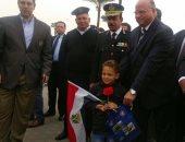 """بالصور.. """"أمن القاهرة"""" تهدى المواطنين الهدايا والورود احتفالا بعيد الشرطة"""