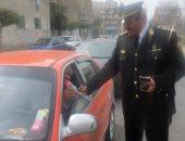 بالصور.. ضباط مديرية أمن الإسماعيلية يوزعون الورود على المواطنين بالشوارع