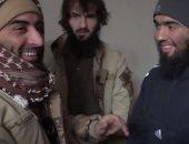نتيجة طبيعية لغسيل الأدمغة.. فيديو لعناصر داعش يجرون قرعة لاختيار من يفجر نفسه