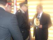 بالصور.. قائد الجيش الثانى والمحافظ يهديان الدروع لمدير أمن الإسماعيلية