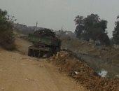 لودر الوحدة المحلية بكفر شاويش بفاقوس يلقى القمامة والمخلفات بترعة القرية