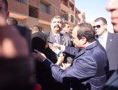 بالفيديو.. الرئيس السيسى يوقف موكبه بأسوان لسماع شكوى مسنة ويسقيها المياه