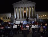 بالصور.. مظاهرات أمام المحكمة العليا احتجاجا على اختيار ترامب قاضى محافظ