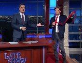 الإعلامى جون ستيوارت يسخر من دونالد ترامب ويظهر برابطة عنق عملاقة