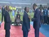 بالفيديو.. حياتو يكرم رئيس الجابون بميدالية شرفية فى نهائى أمم أفريقيا