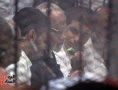 """متهم بـ""""فض اعتصام رابعة"""" يطعم بديع شرائح الخيار داخل القفص أثناء الجلسة"""