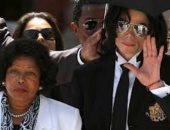 بعد سن الـ86.. والدة مايكل جاكسون تلجأ للقضاء بعد ابتزاز أحد أقاربها