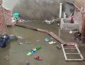 مياه الصرف تغرق قرية الكرامة بالدقهلية.. والمحافظة: سنحاسب المقاول