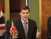 جون كاسن مهنئا نور الشربينى ببطولة إنجلترا المفتوحة للاسكواش: الكبير كبير