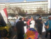 """أنصار """"مبارك"""" يحيون ذكرى تنحيه بالملابس السوداء أمام مستشفى المعادى"""