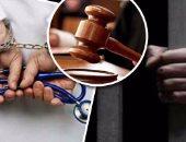 حبس 3 متهمين سرقوا سيارة أجرة وأصابوا قائدها بطلق نارى بالصف