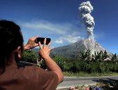 بالصور.. زيادة نشاط بركان سينابونج بإندونيسيا
