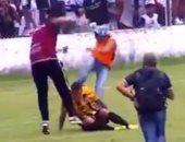 بالفيديو..انفجار قنبلة واعتداء وحشى من الجمهور على اللاعبين بكأس الأرجنتين