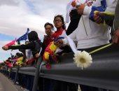 بالصور..مكسيكيون يقيمون جدارا بشريا على حدود أمريكا تنديدا بقرار ترامب