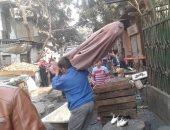 بالصور.. أجهزة حى السيدة زينب ترفع إشغالات سوق السمك