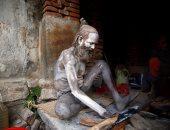 بالصور.. هندوس يستعدون للاحتفال بكرنفال دينى بتلوين أجسامهم بالرماد