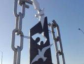 بالصور.. مصمم تمكن من تحويل مجسم مشوه إلى عمل فنى فى ميدان 6 أكتوبر