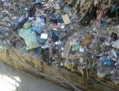 بالصور.. أكوام القمامة تدخل للمنازل فى حارة زكريا بك بالإسكندرية