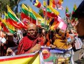 "بالصور.. رهبان بوذيين يتظاهرون ضد سياسات تايلاند أمام سفارتها بـ""ميانمار"""