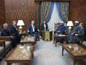 نائب رئيس وزراء المجر يغادر القاهرة عقب لقاء شيخ الأزهر
