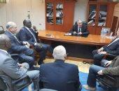 """حسن مصطفى يجتمع بـ""""حمودة ورئيس الأفريقى لليد"""" فى مجمع الاتحادات"""