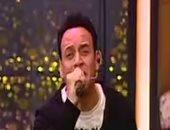 بالفيديو.. مصطفى قمر فى ثوبه الجديد يغنى للفراخ والسمك والمكرونة
